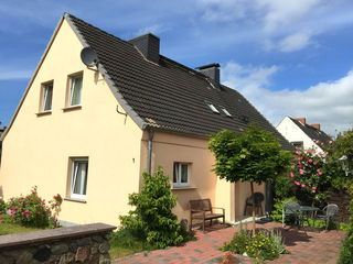 Ferienhaus in Bartelshagen II Hausansicht mit Terrasse
