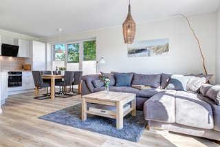 Bansin - Haus Wellenreiter Wohnzimmer mit offener Küche