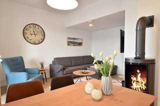 Spa Penthouse Meerlust / Villa Strandläufer Wohnzimmer mit Esstisch