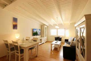 Ferienwohnung 23RB38 mit Strandkorb, Haus Jahreszeiten Wohn- und Essbereich