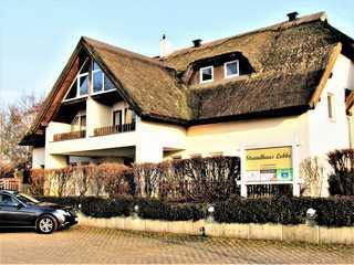 Strandhaus Lobbe 45481 Hausansicht Eingangsbereich mit Parkflächen