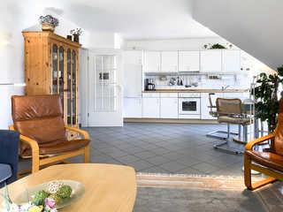 Windwatt Whg. 4 im Landhaus Wohnküche mit rundem Tisch für 4 Personen