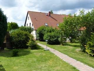 Fewo Störtebeker - Ralswiek OT Gnies Blick auf den Garten und das Wohnhaus