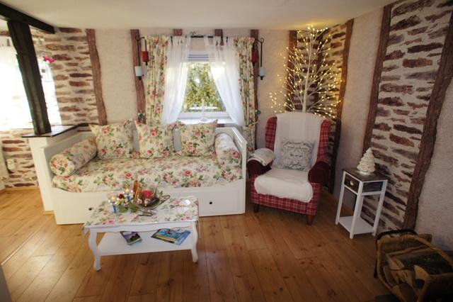 Rose cottage wohnzimmer mit kamin