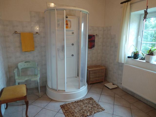 Die Dusche des Badezimmers im EG