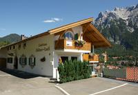 Ferienhaus Goldenes Landl Außenansicht mit Blick auf den Karwendel