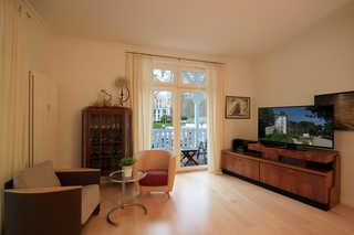 Villa Stranddistel, Whg. 16 Wohnbereich mit Zugang zum Balkon