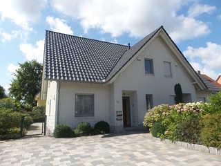 Ferienhaus Haus Strandamsel im Ostseebad Binz auf Rügen Ansicht mit zwei Parkplätzen vor dem Haus