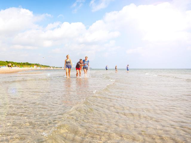 Familie beim Strandspaziergang