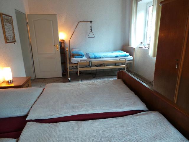 Blick auf das Pflegebett im Schlafzimmer im EG