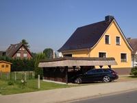 Ferienhaus Ostseetraum Außenansicht mit Doppelcarport