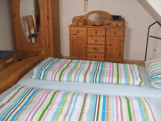 Schlafzimmer mit Doppelbett im Ferienhaus