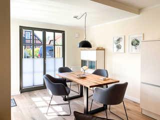 Darssliebe Gartenwohnung heller und moderner Essbereich mit Tisch und St...