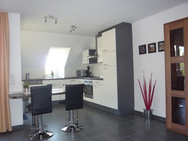 moderne offene Küche mit Barbereich