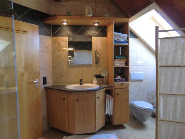 Großes Marmorbad mit 1. Waschbecken u. Paravent