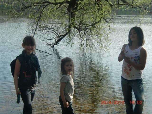 Johanna, Ida und Ann-Susann am See gegenüber