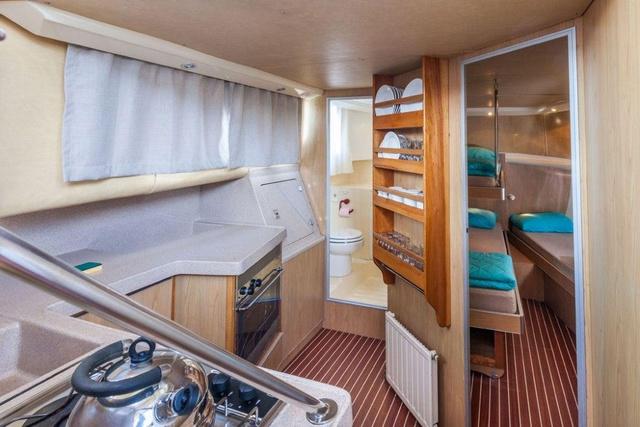 Innenaufnahme Küche und Bugkabine P.1020FB