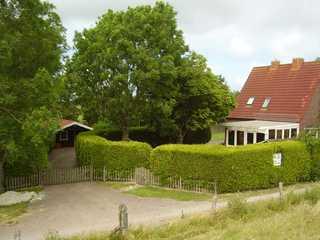Ferienhaus in Nessmersiel 800-048b Blick vom Vordeich aufs Haus