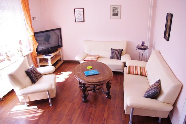 Die gemütliche Sitzgruppe mit Sat-TV im Wohnzimmer