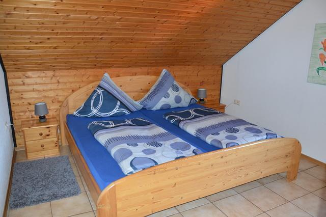 Schlafzimmer rechts mit Doppelbett