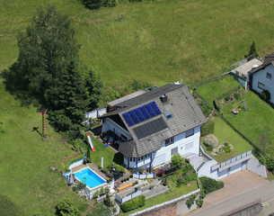 Panoramaferienwohnung Monika mit Pool Unser Haus (Luftbild)