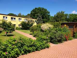 Ferienwohnung in Samtens Garten mit Hausansicht