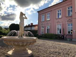 Schlosshotel Groß Köthel Außenansicht mit Brunnen