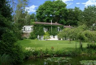 Ferienwohnung Hummel Hausansicht mit Garten