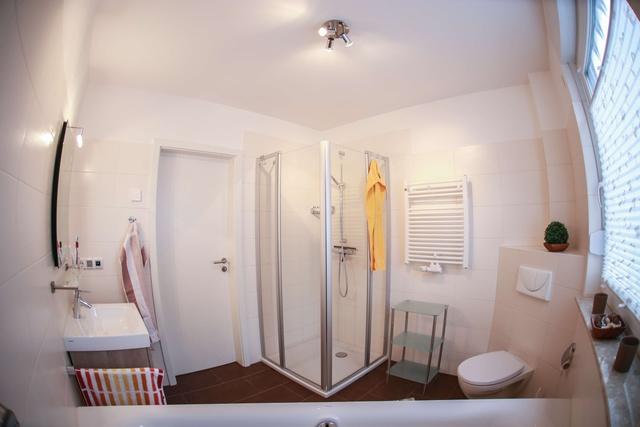 Im Bad unten befindet sich eine große Eckbadewanne