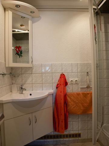 Kleines Bad mit Dusche und WC.