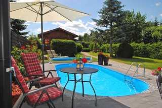 Ferienhäuser mit Pool Kummerow SCHW 1010 Pool mit Blick auf Ferienhaus SCHW 1012