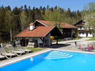 Ferienwohnung Hauzenberg Blick FeWo306 Pool mit Liegen und Grillplatz