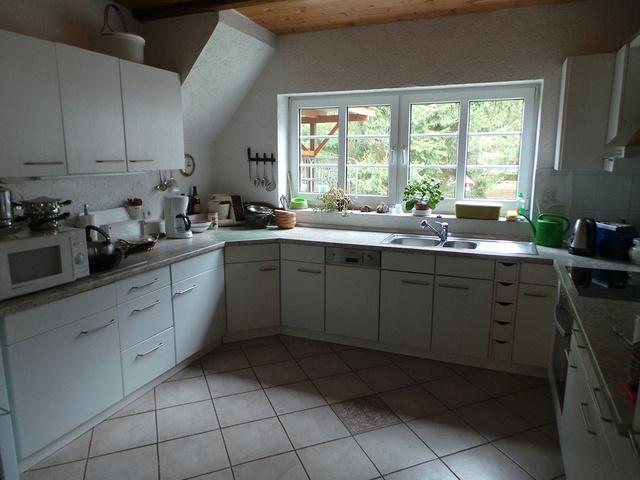 Die große und komplett ausgestattete Küche