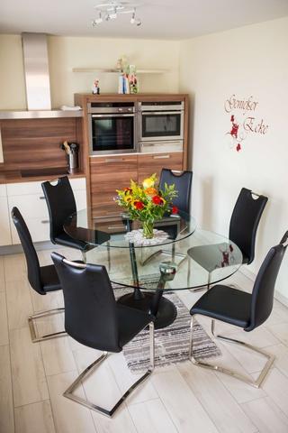 Der ausgezogene Esstisch bietet Platz für 8 Person
