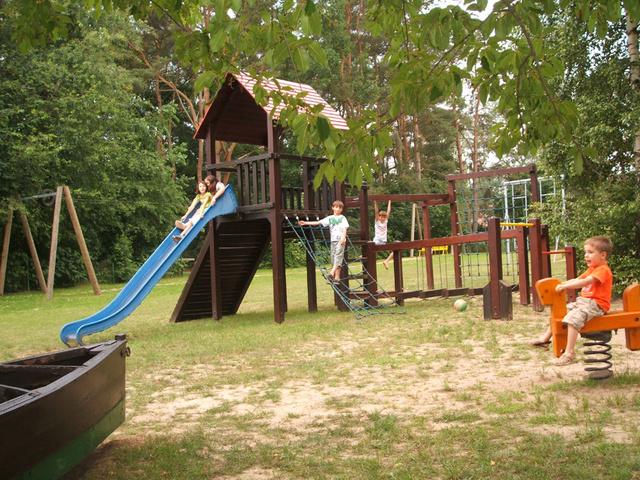 Abenteuerspielplatz mit Schaukel, Klettergerüst, .