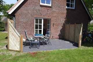 Oberbremer, Heidweg 6 Blick vom Garten auf Terrasse mit Gartenmöbel