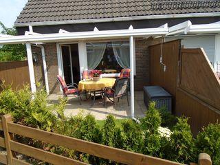 Doppelhaushälfte Jacobs, Frerk Überdachte Terrasse mit Gartenmöbel