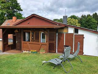 Ferienhaus Gundel Hohmann Außenansicht mit Sitzecke und Liegewiese