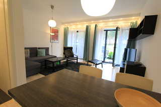 Strandresidenz Appartement Zwergmöwe A05 in Prora Essbereich mit Blick ins Wohnzimmer