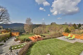 Landhäuser Bergwiese Ferienhaus Höhenblick Gartenanlage mit Sitzplatz, Liege- und Spielwie...