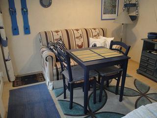 Kleine blaue Ferienwohnung Gemütlicher Wohnraum in blau.
