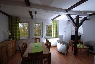 Ferienwohnung Volkswerft Wohnzimmer mit großen Esstisch