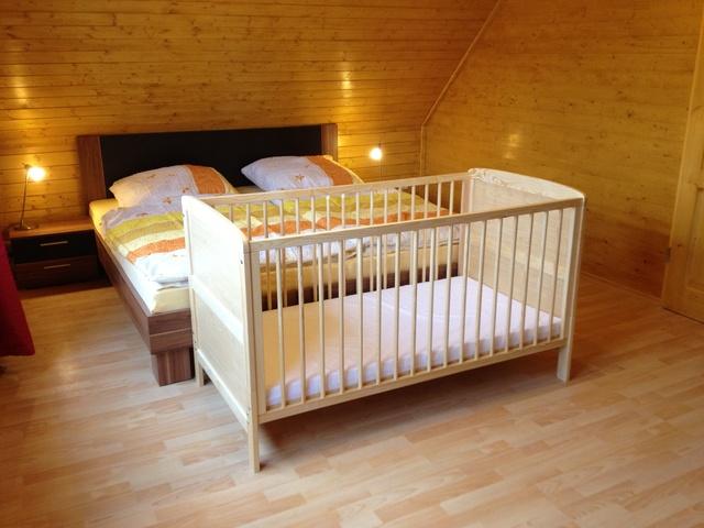 Drittes Schlafzimmer mit Kinderbett