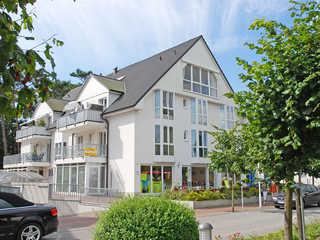 Fewo Strandallee Baabe F 572 WG 02 im 1. OG mit Balkon vordere Ansicht vom Haus Strandallee im Ostseeb...