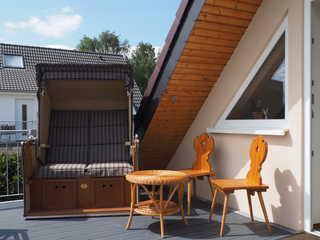 Fewo Sandkorn im Ferienhaus Findling Balkon mit Strandkorb