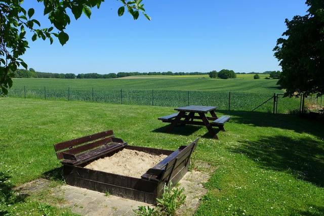 Sandkiste und Picknicktisch im Garten