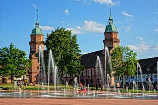 Fewo Schwarzwaldfreude Wasserspiele und Stadtkirche am Marktplatz Freu...