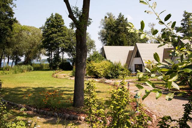 Ein Haus am See - Finnhütten am Schweriner See Blick in Garten und auf Finnhütten