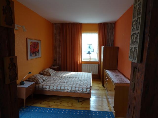 Doppelbett im Wohnschlafzimmer