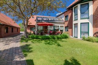 HOTELgarni NUSSBAUMHOF Terrasse und Garten